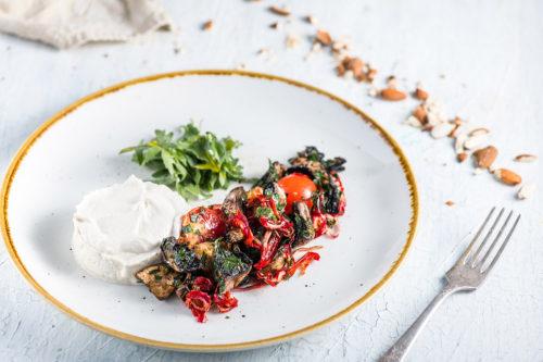 Piure de migdale cu ciuperci şi roşii cherry marinate