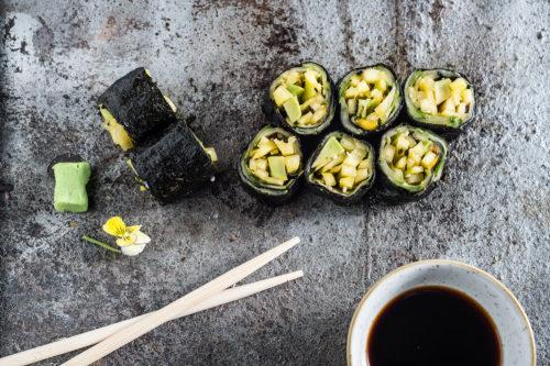Roll raw cu castravete şi mango