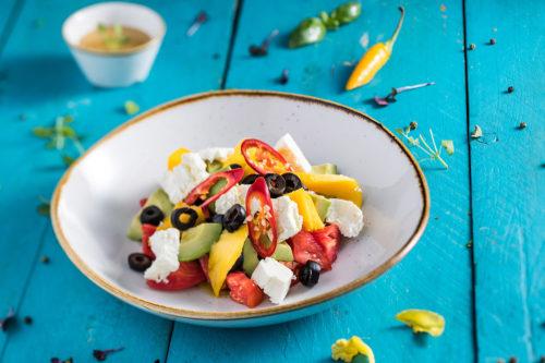 Salată cu avocado, roșii și mango